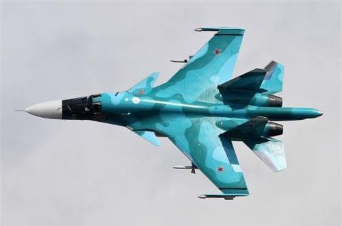 Với việc sử dụng khung thân cơ sở dùng Su-27, nên tải trọng Su-34 cũng tương đương với 8 tấn vũ khí cùng 12 điểm treo. Ngoài ra, nó cũng được trang bị một khẩu pháo GSh-30-1 như dòng Su-27/30. Nguồn ảnh: Wikipedia