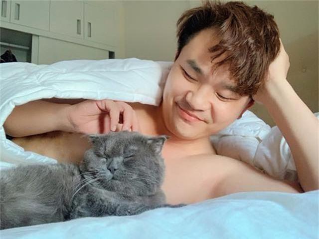 Đại Nghĩa hiện tại vẫn độc thân. Ngoài công việc, mỗi khi về nhà, anh dành thời gian chăm sóc chú mèo cưng.