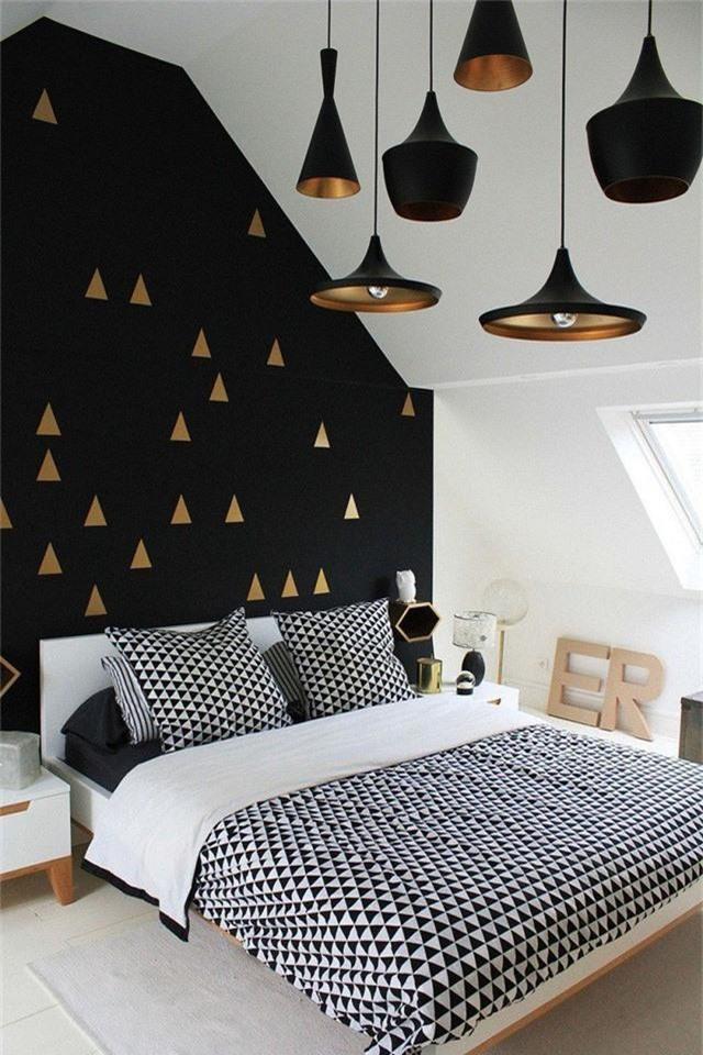 Căn phòng ngủ gác mái thực sự được thiết kế rất đẹp với sự kết hợp giữa 2 gam màu quen thuộc đen – trắng.