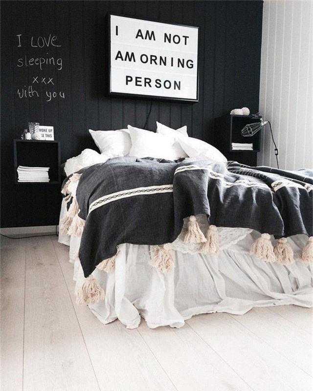 Dù chỉ là một căn phòng nhỏ nhưng vẫn không thể quên tạo điểm nhấn với những slogan nổi bật.
