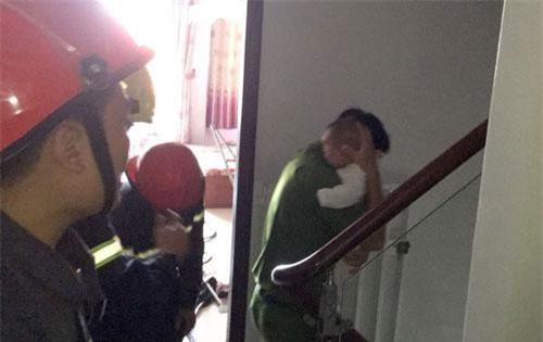 Bé trai 8 tháng tuổi kẹt trong thang máy cùng bà nội được cảnh sát giải cứu an toàn.