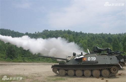 Pháo tự hành đổ bộ đường không ASU-85 của Việt Nam bắn đạn nước kiểm tra kỹ thuật. Ảnh: Sina.