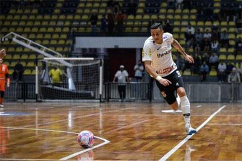 Tiền đạo Douglas là chân sút chủ lực của đội futsal Corinthians ở Brazil