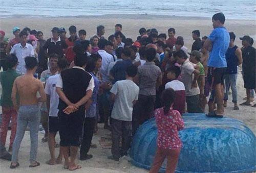 Cơ quan chức năng tổ chức đưa thi thể vào bờ.