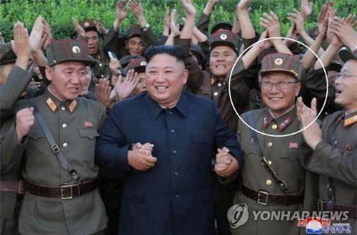 Ông Kim Jong-un chụp hình với nhà khoa học và các quân nhân sau vụ thử tên lửa ngày 6/8. Bên phải ông Kim là ông Jon Il-ho, nhà khoa học thường tháp tùng Chủ tịch Triều Tiên thị sát các vụ thử vũ khí của Triều Tiên (Ảnh: KCNA) (Ảnh: KCNA)