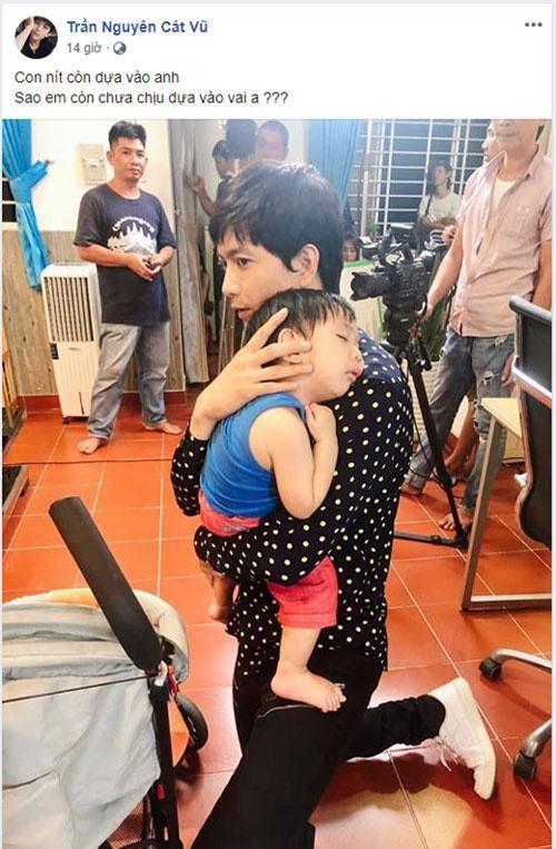 nam ca sĩ này đăng ảnh đi quay phim, bế một em bé đang ngủ gục trên vai