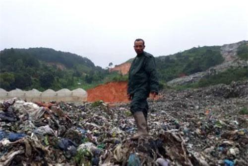 Hàng nghìn tấn rác thải từ trên núi đổ xuống đất canh tác hoa màu của người dân. Ảnh: Dân trí