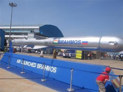 Tên lửa BrahMos-A được trưng bày tại một cuộc triển lãm quân sự. Ảnh: National Interest.