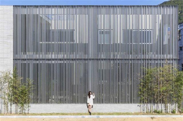 Bức tường hông nhà được tạo nên bằng hàng ngàn thanh thép.