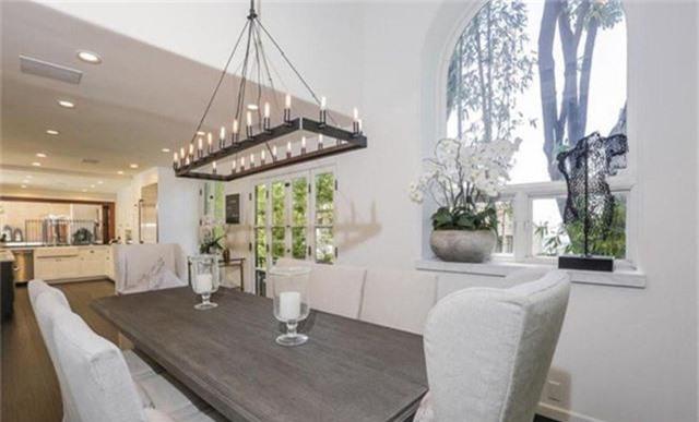 Phòng ăn đơn giản nhưng trang trọng nằm ngay cạnh nhà bếp với những đồ nội thất được thiết kế lạ mắt.