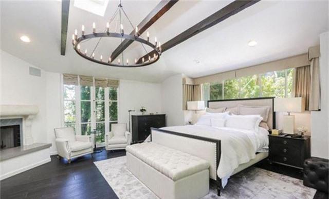 Phòng ngủ chính rộng rãi với tông màu trắng chủ đạo và những ô cửa giúp nơi này tràn ngập ánh sáng tự nhiên.