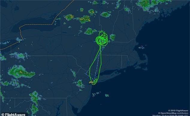 Hoảng hốt khi cánh máy bay rách toạc ở trên không - Ảnh 2.