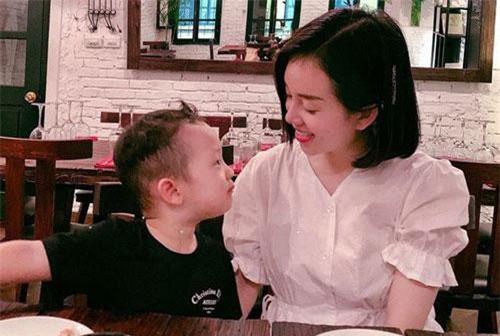 Sau 4 năm làm mẹ đơn thân, Ly Kute tự nuôi dưỡng con trai cao lớn phổng phao lại còn ăn nói chững chạc thế này