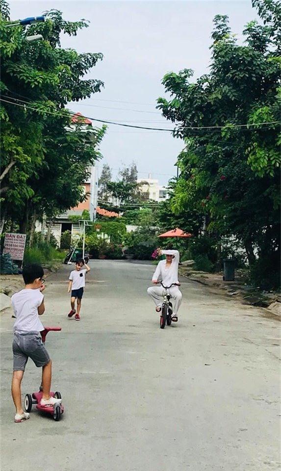 Hà Hồ tranh thủ ngày cuối tuần vui chơi cùng con trai.