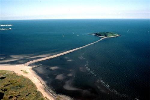 """Được mệnh danh là đường xuyên biển đẹp nhất hành tinh, con đường nối từ bờ biển thành phố Milford sang đảo Charles dài khoảng 1 km, xuất hiện chỉ vài giờ mỗi ngày, đủ 365 ngày trong năm. Cụ thể, mỗi khi thủy triều xuống, con đường cát sỏi sẽ nổi lên giữa vịnh biển bao la, dẫn du khách tới nơi lưu giữ """"huyền thoại về kho báu bị mất của thuyền trưởng Kidd""""."""