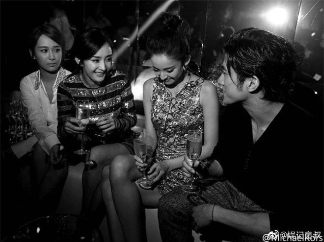 """Dương Tử ngồi cùng 2 mỹ nhân hạng A của showbiz là Dương Mịch và Cổ Lực Na Trát. Nhiều người khó lòng nhận ra cô nàng ngồi """"ngoài rìa"""" kia chính là """"Cẩm Mịch"""" Dương Tử bởi gương mặt quá đỗi nhạt nhoà"""