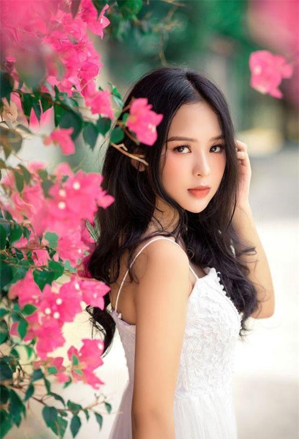 Nguyễn Khoa Diệu Hiền (sinh năm 2002), hiện đang là học sinh lớp 12 trường THPT Nguyễn Trường Tộ (Huế). Diệu Hiền được nhiều người yêu mến bởi nhan sắc ngọt ngào cùng đôi mắt cuốn hút.