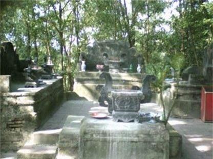 Ngôi mộ của các vị tướng quân họ Vương. Ảnh: K.P