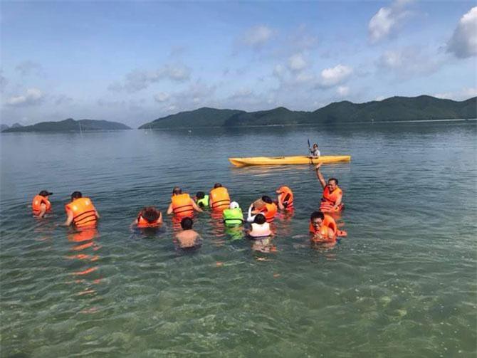 Chèo thuyền, bơi lội giữa Vịnh Bái Tử Long