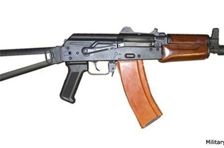Theo Wikipedia, AKS-74U là phiên bản rút gọn từ khẩu súng trường tiến công AK-74 chuyên dùng cho các lực lượng tác chiến đặc biệt gồm cảnh sát đặc nhiệm, biệt kích hay các binh sĩ sử dụng phương tiện cơ giới chiến đấu như lính xe tăng, phi công máy bay chiến đấu. Ảnh: Military-Today