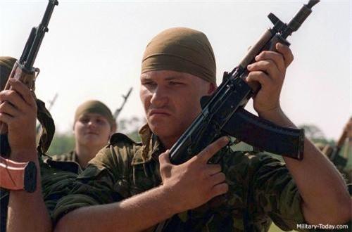 AKS-74U có kích thước rất nhỏ gọn với chiều dài báng mở 730mm, báng gấp là 490m, chiều dài nòng chỉ 206,5mm, trọng lượng không đạn chỉ là 2,7kg. Ảnh: Military-Today