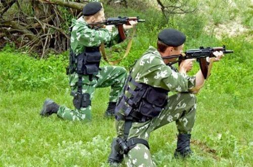 AKS-74U sử dụng hộp tiếp đạn 30 hoặc 45 viên cỡ 5,45x39mm, tốc độ bắn lý thuyết 700-735 phát/phút, tầm bắn hiệu quả 300-400m. Ảnh: Military-Today