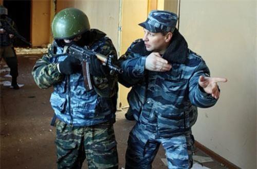 Tuy được coi là vũ khí cá nhân lợi hại, nhưng AKS-74U cũng có nhược điểm của nó ví dụ như độ giật cao và lượng đạn dàn trải... có lẽ đó là lý do khi khẩu tiểu liên PP-2000 ra đời và được chứng minh, Bộ Quốc phòng Nga bắt đầu tính tới việc thay thế AKS-74U. Ảnh: Military-Today