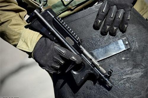 So với AKS-74U, PP-2000 có trọng lượng rất nhẹ chỉ 1,4kg không đạn, chiều dài tổng khi báng mở 555m, khi báng gấp là 340mm, bề rộng chỉ 34mm. Trông nó chẳng khác gì một khẩu súng lục dù được coi là tiểu liên. Ảnh: Vitaly-Kuzmin