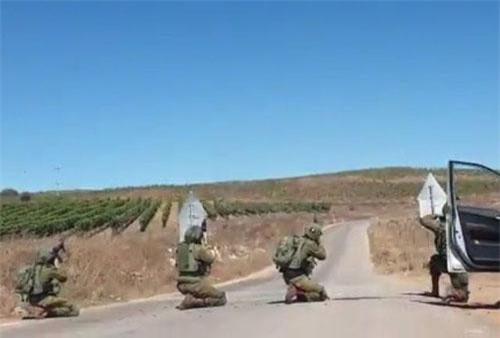 Các quân nhân Syria nhằm bắn mục tiêu. Ảnh: Twitter.