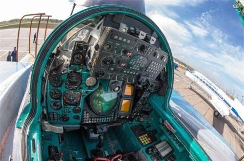 Phi công ngồi sau thường hoa tiêu (dẫn đường) kiêm kiểm soát hệ thống radar, vũ khí trên máy bay. Đặc trưng buồng lái sau là giữa bảng điều khiển có màn hình hiện sóng radar trên MiG-31. Ảnh: War.163