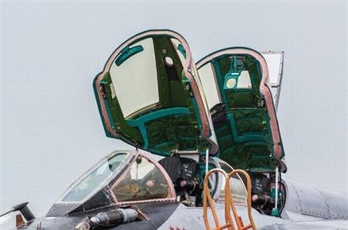 Chiếc tiêm kích có trọng lượng cất cánh tới 41 tấn này được điều khiển bởi 2 người gồm: phi công lái chính và phi công - hoa tiêu - kiểm soát thiết bị điện tử. Ảnh: War.163