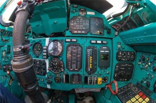 Bảng điều khiển với vô số kiểu đồng hồ, thiết bị đo hiển thị tốc độ, độ cao… Ảnh: War.163