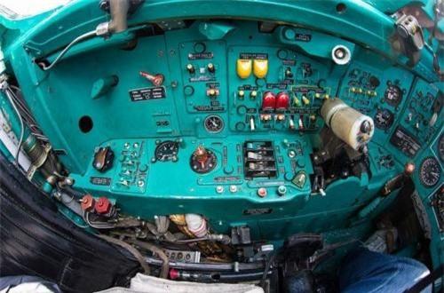 Ở 2 bên ghế ngồi phi công có 2 bảng điều khiển nhỏ với vô số nút bấm trên đó. Ảnh: War.163