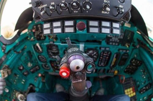 Cận cảnh cần lái điều khiển máy bay của phi công. Ảnh: War.163