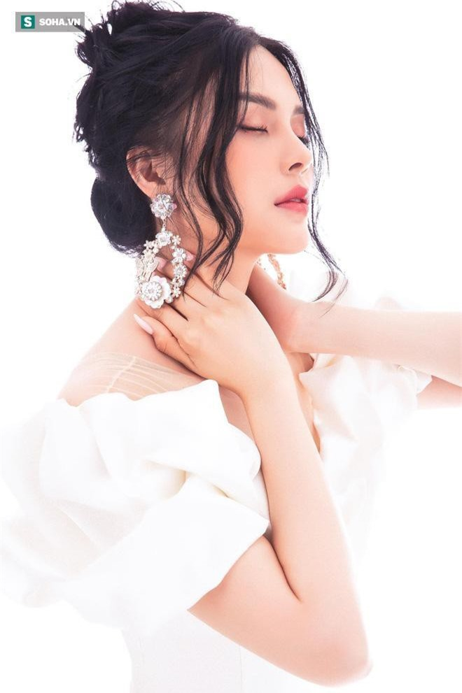 Ca sĩ, diễn viên, người mẫu Lily Chen.