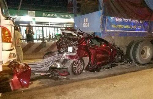 TPHCM: Ô tô con nát bét dưới gầm xe tải, gia đình 4 người thoát chết thần kỳ