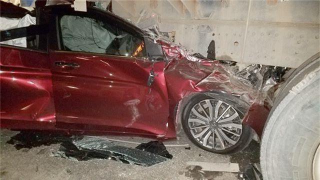 Ô tô con nát bét dưới gầm xe tải, gia đình 4 người thoát chết thần kỳ - 2