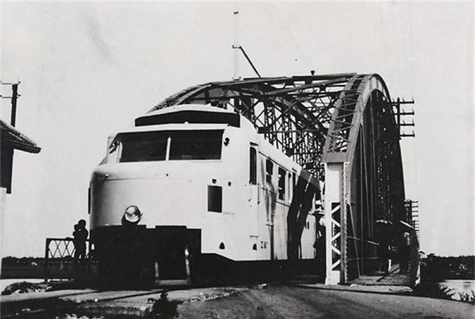 Ngày 14-7-1898, Toàn quyền Đông Dương Paul Doumer quyết định xây dựng hệ thống đường sắt xuyên Đông Dương.  Cho đến tháng 8-1945 người Pháp đã hoàn thành tuyến đường sắt từ Vân Nam (Trung Hoa) tới Sài Gòn, Mỹ Tho tổng cộng dài 2.600 km là tuyến dài nhất trong hệ thống đường sắt ở các thuộc địa của Pháp.  Cầu Đume (tức cầu Long Biên) dài 1.682m và cầu treo Hàm Rồng (162m) là những công trình có quy mô và kỹ thuật thuộc loại tầm cỡ thế giới.  Trình độ vận hành trên tuyến Hà Nội - Sài Gòn đạt tốc độ trung bình 43 km/giờ (tức là đi hết 40 giờ) đã đạt trình độ tiên tiến so với kỹ thuật đương thời.  Ảnh: Tàu hỏa Hà Nội-Hải Phòng đang chạy qua cầu Phú Lương, Hải Dương. Tuyến đường sắt Hà Nội – Hải Phòng dài 102 km được Pháp khởi công xây dựng từ năm 1901.
