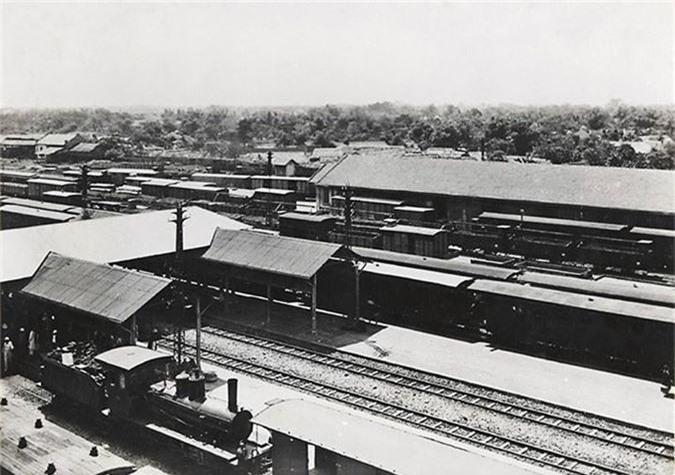 Ga Hàng Cỏ (Hà Nội) những năm 1921-1935.  Vào khoảng năm 1895, người Pháp đã chọn khu chợ Hàng Cỏ bên bãi đua ngựa để xây dựng nhà ga, xúc tiến mạnh mẽ kế hoạch của Toàn quyền Đông Dương lúc bây giờ là Paul Dumer.  Vào năm 1902, lần đầu tiên, người Hà Nội được nhìn thấy một nhà ga xây cao theo kiểu phương Tây, không có những anh lính lệ đội nón dấu của triều đình mà là những công nhân hỏa xa với chiếc mũ lưỡi trai thổi còi, đưa đón sức mạnh mới của đầu máy máy hơi nước. Ga Hàng Cỏ là trung tâm, từ đây tỏa đi các tuyến đường sắt vận chuyển hàng hóa đi khắp Đông Dương.  Năm khánh thành ga Hàng Cỏ cũng là năm khánh thành cây cầu vượt sông Hồng lúc đầu tên là Doumer, sau là cầu Long Biên (1902) tiếp đó có đường Hà Nội - Hải Phòng (4-1903), Hà Nội - Lào Cai (4-1905), đến năm 1936 tức là ba mươi năm sau con đường sắt xuyên Việt mới hoàn toàn xong, nối những đoạn đứt nối lại với nhau (1936).  Đến năm 1936 hoàn thành tuyến đường sắt xuyên Việt và tạo thành một mạng lưới gồm nhiều tuyến có tổng chiều dài khoảng 2.500km tương đương như hiện nay (2.600km).