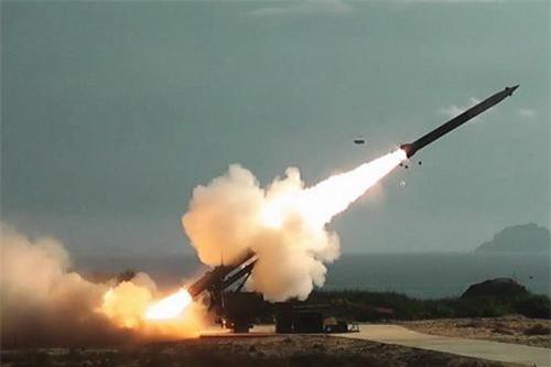 Hải quân Việt Nam bắn thử nghiệm pháo phản lực dẫn đường EXTRA. Ảnh: Báo Hải quân Việt Nam.
