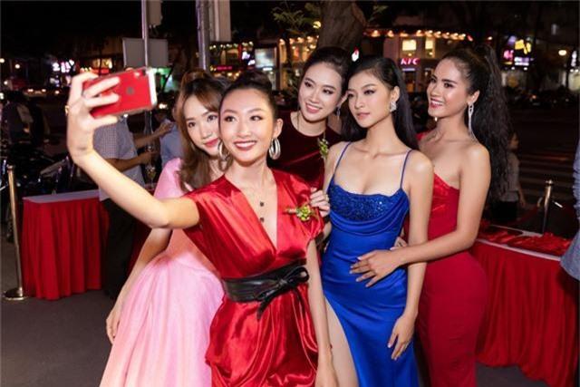 Á hậu Kiều Loan diện váy xẻ cao khoe chân dài miên man - Ảnh 3.