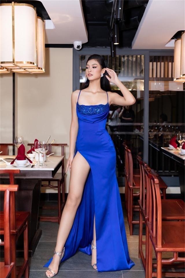 Á hậu Kiều Loan diện váy xẻ cao khoe chân dài miên man - Ảnh 4.