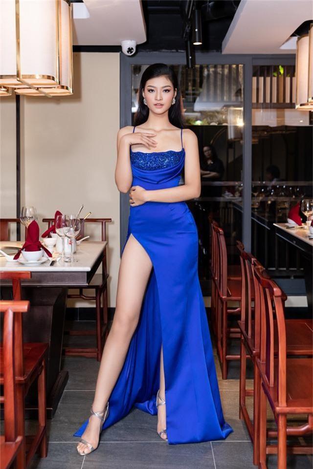 Á hậu Kiều Loan diện váy xẻ cao khoe chân dài miên man - Ảnh 5.