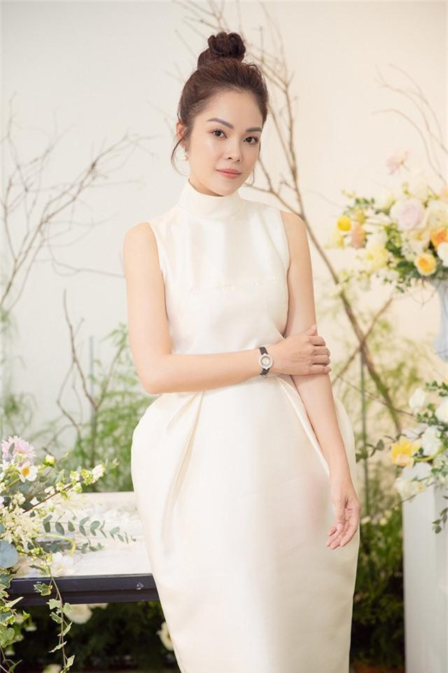 Dương Cẩm Lynh trẻ trung với đầm trắng kiêu sa - Ảnh 1.
