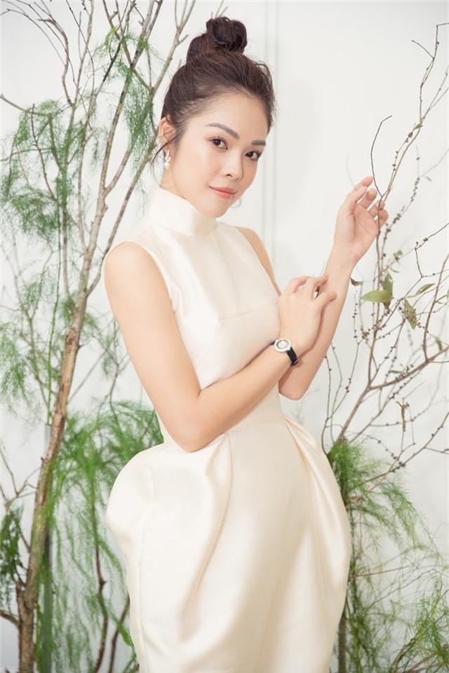 Dương Cẩm Lynh trẻ trung với đầm trắng kiêu sa - Ảnh 2.