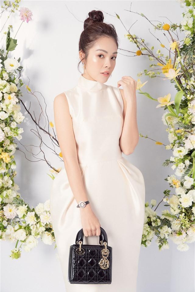 Dương Cẩm Lynh trẻ trung với đầm trắng kiêu sa - Ảnh 3.