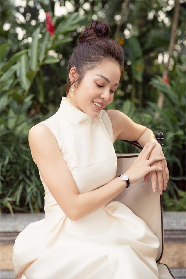 Dương Cẩm Lynh trẻ trung với đầm trắng kiêu sa - Ảnh 4.