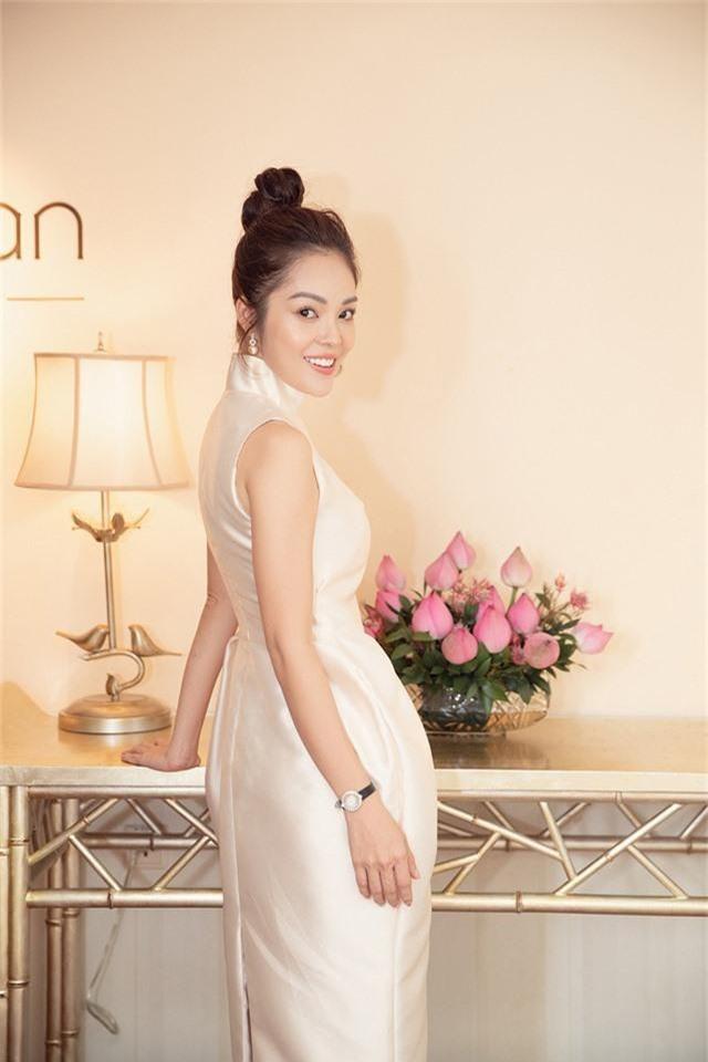 Dương Cẩm Lynh trẻ trung với đầm trắng kiêu sa - Ảnh 6.