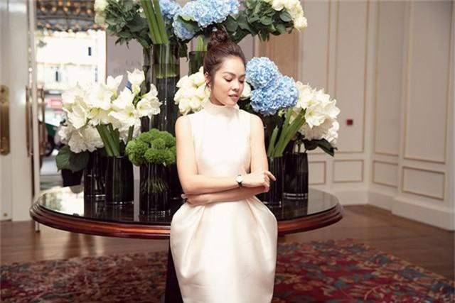 Dương Cẩm Lynh trẻ trung với đầm trắng kiêu sa - Ảnh 8.
