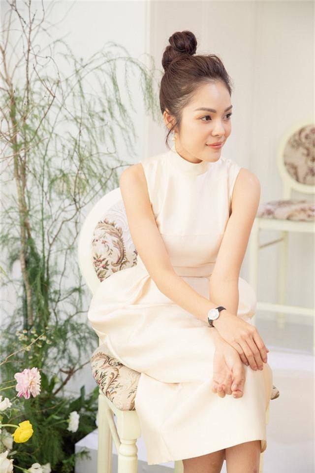 Dương Cẩm Lynh trẻ trung với đầm trắng kiêu sa - Ảnh 9.